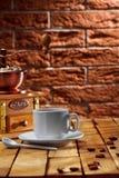 таблица точильщика кофейной чашки стоковая фотография