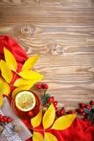 Таблица, украшенная с листьями осени, ягодами и свежим чаем Осень крупный план предпосылки осени красит красный цвет листьев плющ Стоковая Фотография RF