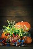 Таблица украшенная с цветками и овощами благодарение дня счастливое крупный план предпосылки осени красит красный цвет листьев пл Стоковое Фото