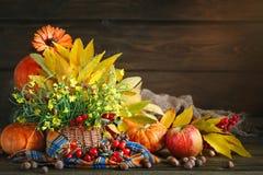 Таблица украшенная с цветками и овощами благодарение дня счастливое крупный план предпосылки осени красит красный цвет листьев пл Стоковые Изображения RF