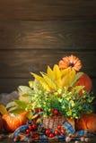 Таблица украшенная с цветками и овощами благодарение дня счастливое крупный план предпосылки осени красит красный цвет листьев пл Стоковая Фотография RF