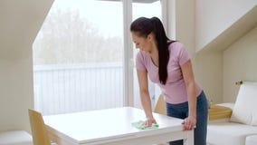 Таблица чистки женщины с тканью microfiber дома сток-видео