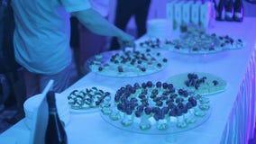 Таблица шведского стола приема с бургерами, холодными закусками, мясом и салатами Таблица шведского стола с закусками на партии видеоматериал