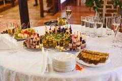Таблица шведского стола сервировки партия, событие, праздничная таблица Стоковое фото RF