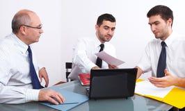 таблица 3 встречи бизнесмена сидя Стоковая Фотография RF