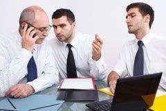 таблица 3 встречи бизнесмена сидя Стоковое фото RF