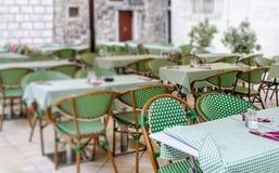 Таблицы в ресторане на открытом воздухе стоковые фото