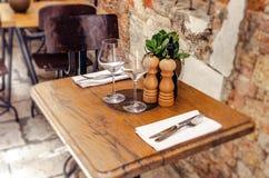 Таблицы в ресторане на открытом воздухе стоковая фотография rf