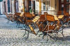 Таблицы и стулья в внешнем ресторане Стоковые Фото