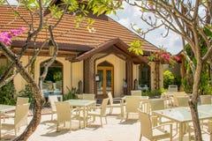 Таблицы и стулья настроили для обеда на внешнем ресторане на тропическом курорте Стоковые Фотографии RF