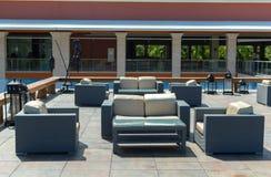 Таблицы и стулья на крыше здания стоковое изображение rf