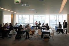 таблицы людей обсуждения сидя Стоковая Фотография RF