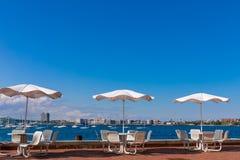 Таблицы с зонтиками на солнечный день на пристани вентилятора паркуют Бостон, Массачусетс Близко к морю стоковые фотографии rf