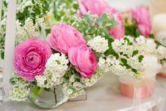 таблицы установленные цветками wedding Стоковые Изображения