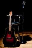 табуретка микрофона гитары ретро Стоковые Фотографии RF