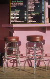 Табуретки штанги на напольной стойке гамбургера Стоковое Изображение RF