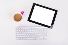 Таблетка, беспроводная клавиатура и чашка кофе на белой таблице Стоковое Изображение RF