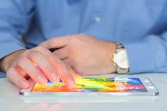 таблетка бизнесмена цифровая используя Стоковая Фотография RF