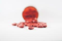 Таблетка Брайна на предпосылке бутылки медицины Стоковые Изображения