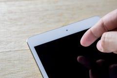 таблетка близкого экрана ПК человека изображения руки фокуса перста поля глубины цифрового самомоднейшего отмелая касатьясь вверх Стоковая Фотография