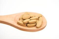 Таблетка лекарства на деревянном ковше для больных Стоковая Фотография RF