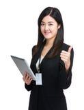 Таблетка и большой палец руки владением бизнес-леди вверх Стоковое Фото