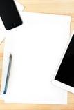 Таблетка и бумага цифров на деревянном столе Стоковые Изображения
