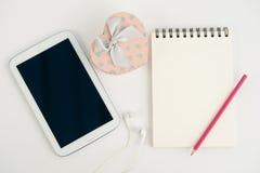 Таблетка и тетрадь подарочной коробки сердца на белой предпосылке Стоковое Изображение RF