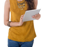 Таблетка компьютера владением бизнес-леди изолированная на белой предпосылке стоковое изображение