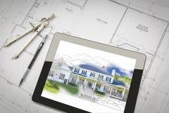 Таблетка компьютера показывая иллюстрацию на планах дома, Penci дома Стоковое Фото