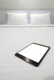 Таблетка на кровати стоковая фотография rf
