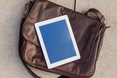 Таблетка на модной сумке скопируйте космос Напольное фото Концепция Стоковая Фотография RF