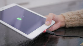 Таблетка ПК владением женщины с низким значком батареи на экране Стоковое Изображение