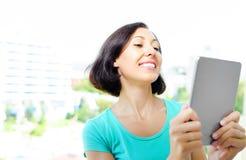 таблетка ПК девушки используя Стоковое Изображение RF