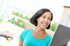 таблетка ПК девушки используя Стоковая Фотография