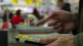 таблетка ПК человека используя сток-видео