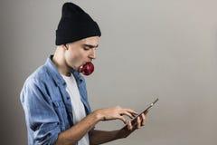 таблетка ПК человека используя Стоковые Фото