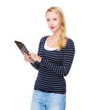 Таблетка пользы женщины стоковое изображение rf