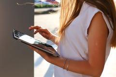 Таблетка просматривать женщины в деловом центре Стоковое Изображение