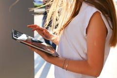 Таблетка просматривать женщины в деловом центре Стоковые Фото