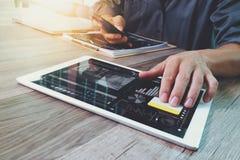 Таблетка руки бизнесмена касающая цифровая Менеджер w финансов фото Стоковые Фотографии RF