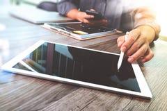 Таблетка руки бизнесмена касающая цифровая Менеджер w финансов фото Стоковое Изображение