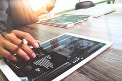 Таблетка руки бизнесмена касающая цифровая Менеджер w финансов фото Стоковое Фото