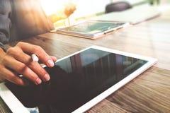 Таблетка руки бизнесмена касающая цифровая Менеджер w финансов фото Стоковое Изображение RF