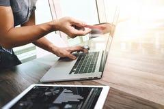 Таблетка руки бизнесмена касающая цифровая Менеджер w финансов фото Стоковые Изображения