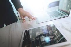 Таблетка руки бизнесмена касающая цифровая Менеджер w финансов фото Стоковая Фотография