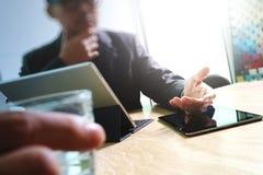 Таблетка руки бизнесмена касающая цифровая Менеджер w финансов фото Стоковое фото RF