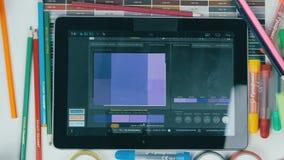 Таблетка сверху Непознаваемый творческий дизайнер работая с цветами Взгляд сверху видеоматериал