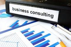 Таблетка с консультациями по бизнесу и диаграммами слова Стоковое фото RF