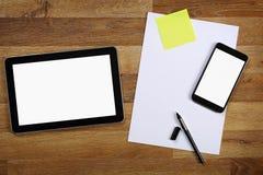 Таблетка с пустым экраном на деревянном столе стоковые фотографии rf